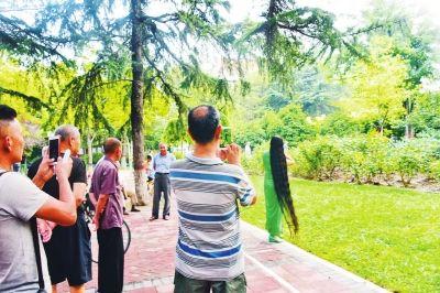 郑州女子25年未剪发头发 近2米长用半瓶洗发水