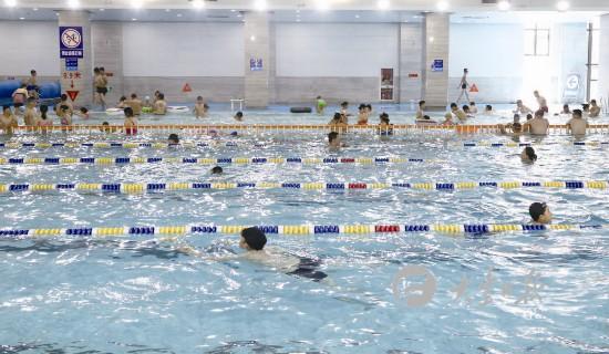 天气炎热 游泳成盐城大丰市民避暑和健身首选