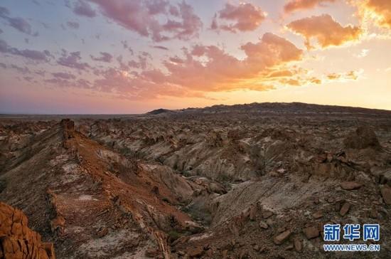 夕阳余晖下的和布克赛尔龙脊谷