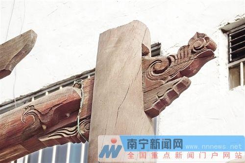 从雕着花式的木头柱子看得出古祠堂古朴的韵味