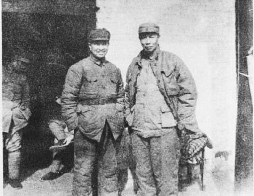 一九四八年时的陈唐兵团司令员陈士榘(右)与陈赓在一起