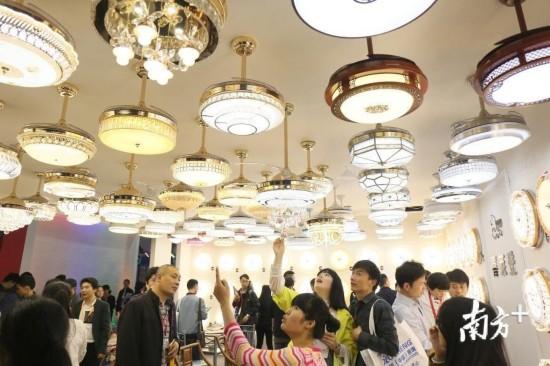 2017年3月,古镇国际灯饰博览会现场,不少参展商和买家在展馆看灯。   南方日报记者 叶志文 摄