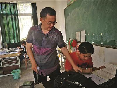 龙鑫贵宾会一位老师高位截肢 仍坚守讲台站着上课