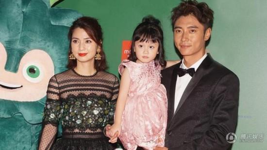 洪欣夫妇带女儿出席活动 小萌娃张晞彤越长越