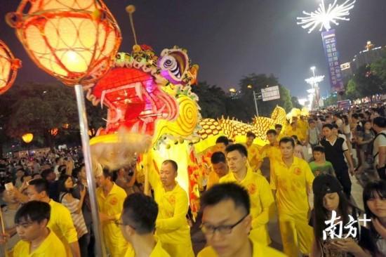 古镇灯光文化节上,夜光龙的出场吸引了众多游客的眼球。  南方日报记者 叶志文 摄