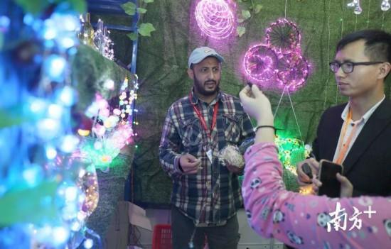 古镇国际灯饰博览会现场,外国友人在展馆挑选灯饰。   南方日报记者 叶志文 摄