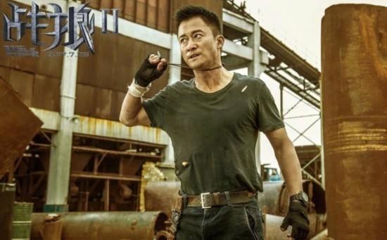 """《战狼2》被偷票房盗版横行 吴京为""""拿命换的电影""""宣传累得像个业务员"""