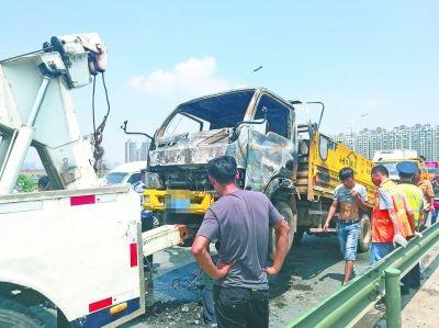 搬家货车起火 并行司机提醒3人逃生