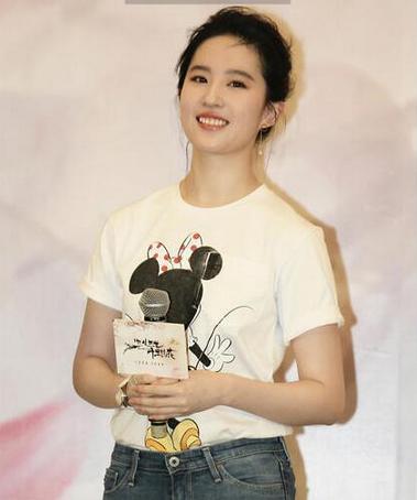 刘亦菲穿牛仔裤笑容甜美少女感十足 脚上红色高跟鞋十分抢眼