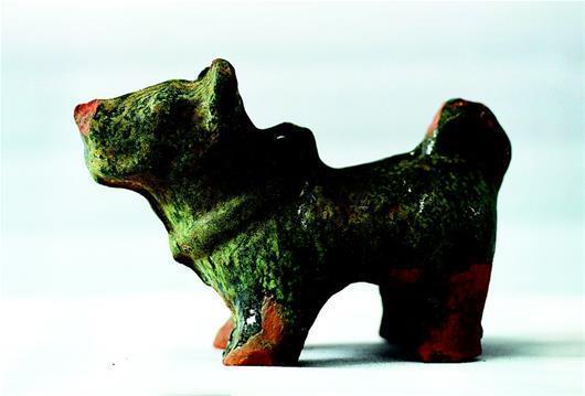 图为出土的陶狗。