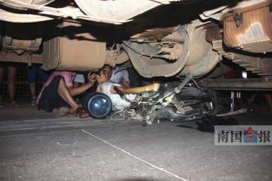 一少女开电动车被卷入泥头车底 脚腕处被压断(图)