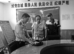 徐州环卫工捡到3.5万元 原地等失主1个多小时