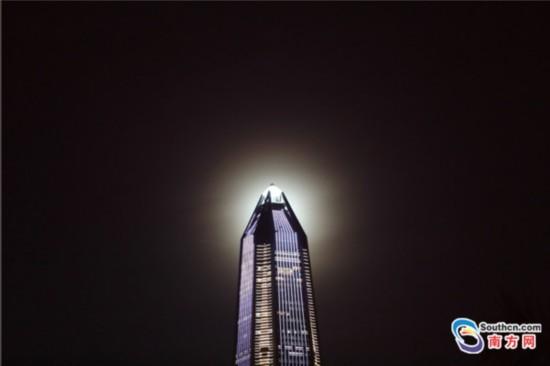 """立秋之夜深圳第一高楼塔尖有""""亮钻"""""""