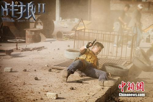 吴京身处爆破范围内。