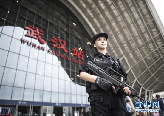 女狙击手持枪在火车站执勤