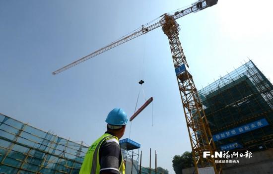 福州城区首个装配式建筑吊装预制构件