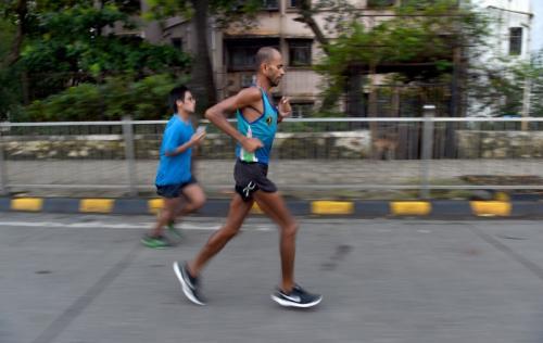 """现实版的""""阿甘""""每天风雨无阻地跑100公里,但却在第100天,因细菌感染和发烧被迫放弃。(图片来源:法新社)"""
