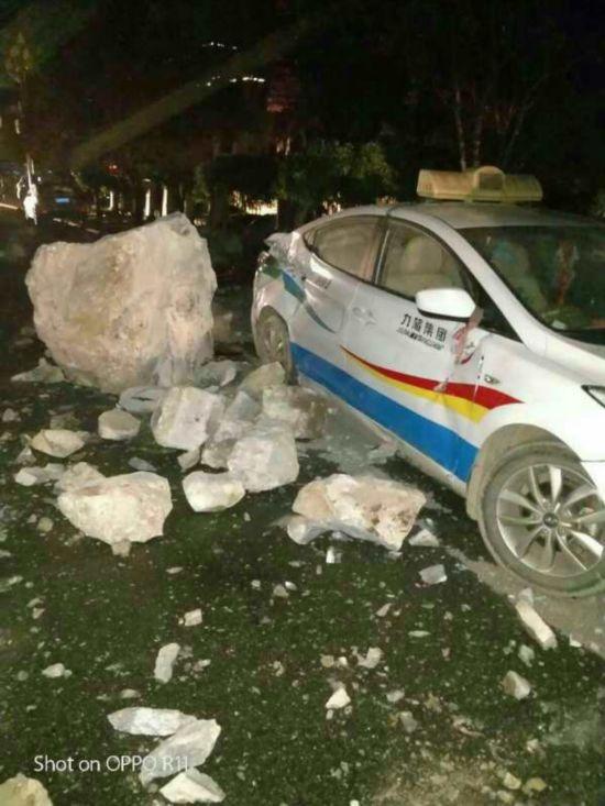九寨沟地震中受损的出租车(8月8日摄)。  新华社发
