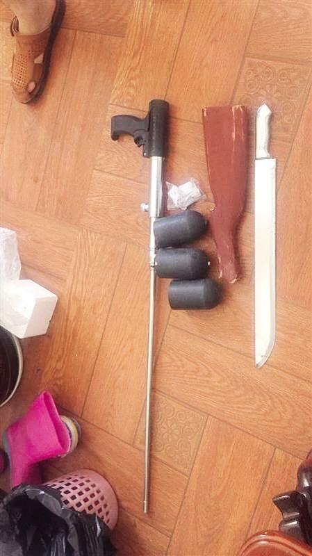 枪及砍刀、射钉气枪等(宾阳警方供图)-宾阳全城搜捕11小时抓获持