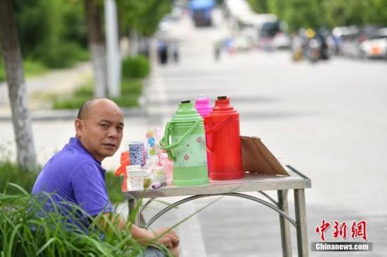 四川九寨沟地震 村民为救援人员提供免费茶水