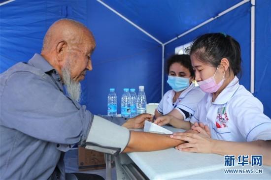 新疆精河地震灾区积极抢险救灾