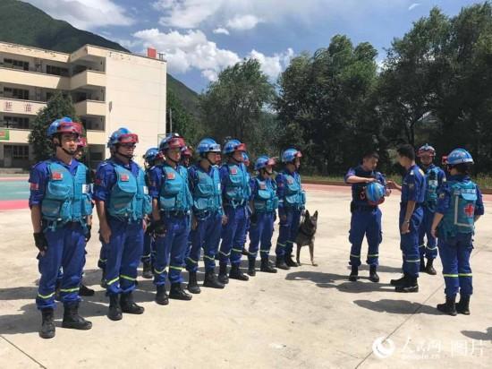 蓝天救援队员集结向震区出发