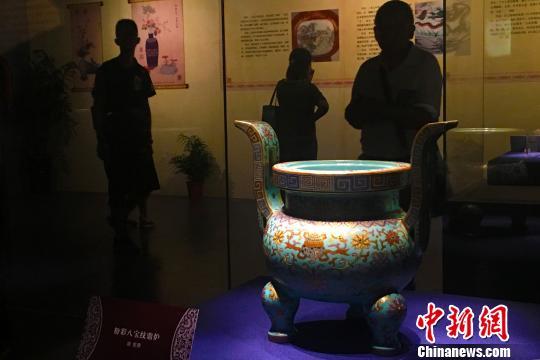 """""""明韵清风――景德镇窑皇家瓷器艺术展""""10日在安徽合肥开展。此次展览共展出130余件(套)明清时期景德镇窑瓷器。 张强 摄"""