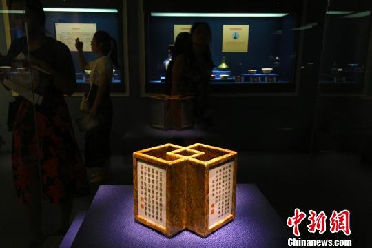 安徽展出百余件景德镇窑皇家瓷器乾隆御用笔筒受关注