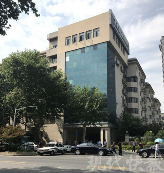 南京一男子从下关滨江商务区管委会顶楼坠落身亡