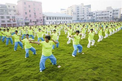 南通海门500多名健身爱好者展演气功