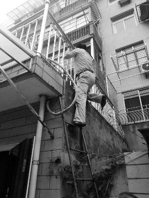 南通八旬孤老在家昏迷 走访干部爬梯救助