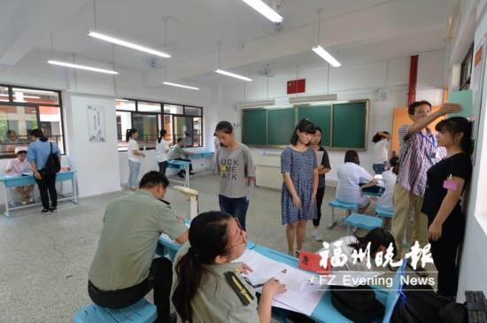 """福州女兵初检:150名""""准女兵""""超过75%是大学生"""