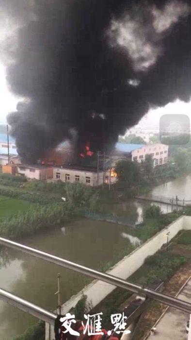 盐城一服装厂12日早上突发大火 幸无人员伤亡