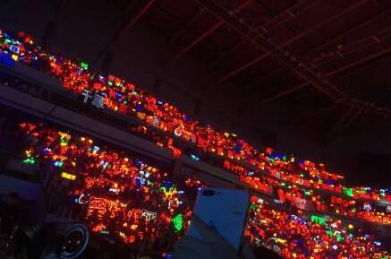 易烊千玺的粉丝自称千纸鹤,应援色是红色.