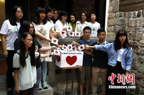 """8月13日,由台湾妇女救援基金会主办的""""慰安妇""""纪念活动,在台湾首座慰安妇纪念馆""""阿嬷家――和平与女性人权馆""""举行。现场举行的""""一人一心,一人一信""""活动,参加活动者写下对""""慰安妇""""阿嬷和日本政府想说的话,投入信箱。据主办方介绍,这些信件将于月底转交日本相关交流部门。 路梅 摄"""