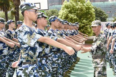 南通海门高一新生军训展开 5400余人接受锻炼