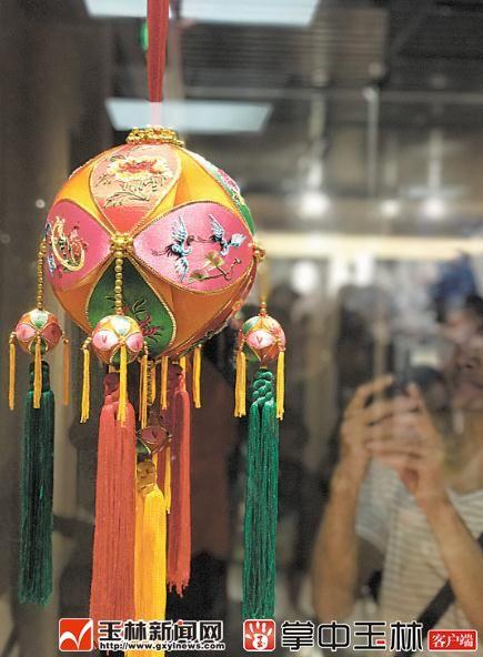 """采用""""堆绣""""这一古老而复杂的刺绣工艺制作出的""""堆绣绣球""""."""