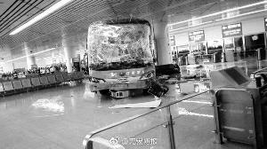 失控大巴冲进无锡汽车站候车室 致5人受伤