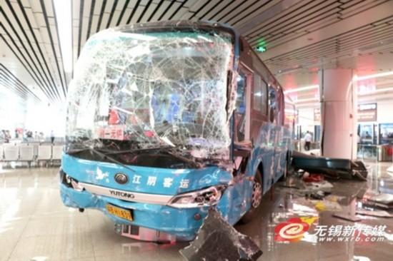 无锡一大巴冲进客运站撞毁检票口 5人受伤