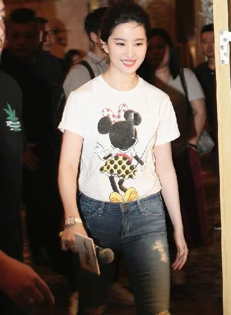 30岁刘亦菲冻龄雪肤如少女一路甜笑心情大好--湖北频道--人民网