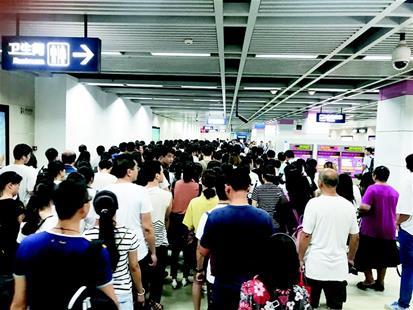 武汉地铁安检升级部分站点排起长队