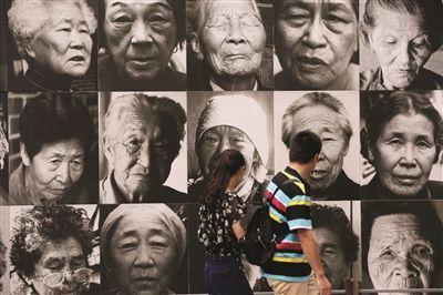 市民在南京利济巷慰安所旧址陈列馆参观悼念