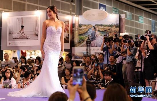 (服务)(1)香港结婚节上演婚纱汇演
