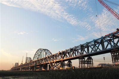 银西高铁银川机场黄河特大桥主桥钢桁梁贯通