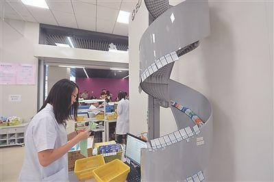 """南京儿童医院河西分院抓药用上""""机器人"""""""