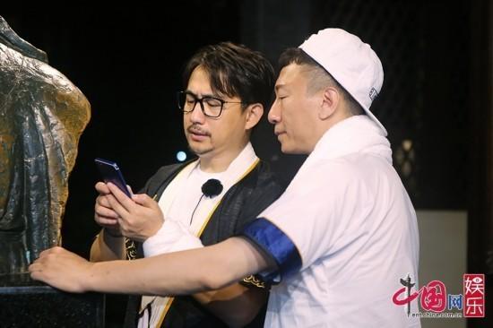 孙红雷黄磊看手机