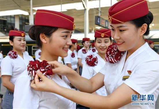 厦门金砖会晤在即 南昌铁路局福州客运段高铁乘务员换新装