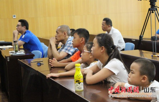 前来听讲座的观众既有七八岁左右的少年,也有白发苍苍的老人。赵晓 摄