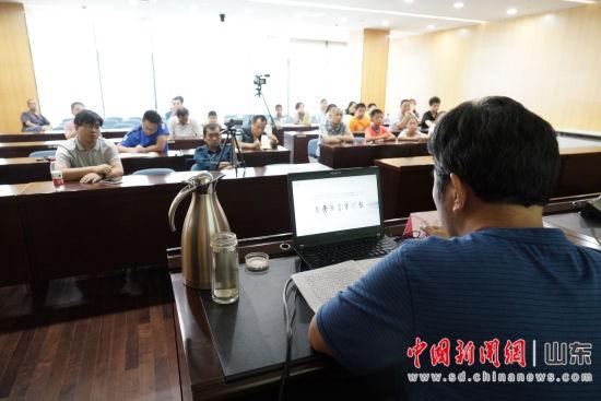 国家文化部高级书法家、中国书法家协会会员薛在银在济南市图书馆举办书法讲座。秋歌 摄