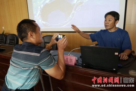 薛在银在讲座现场阐述中国书法的起源、发展以及练习方法。秋歌 摄